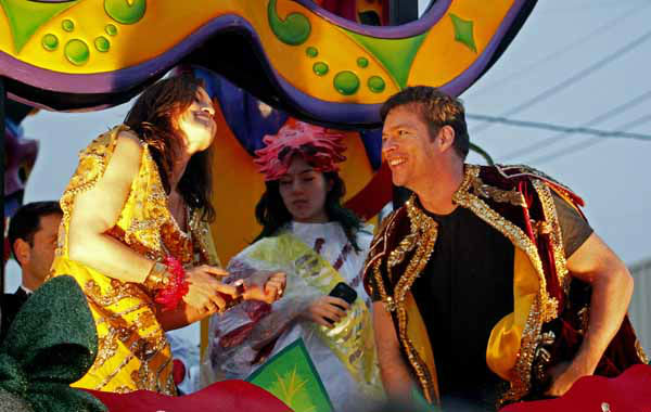 Entertainer Harry Connick, Jr., right talks with actress Mariska Hargitay as they prepare to ride in the Orpheus Mardi Gras parade as it rolls through the streets of New Orleans,  Monday, Feb. 11, 2013. Connick is the founder of the parade. &#40;AP Photo&#47;Bill Haber&#41; <span class=meta>(Photo&#47;Bill Haber)</span>