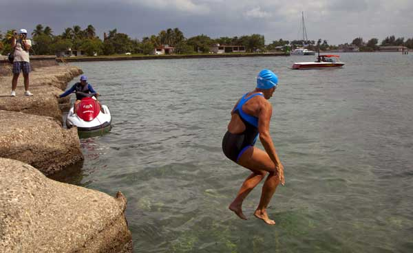 "<div class=""meta ""><span class=""caption-text "">U.S. swimmer Diana Nyad jumps into the water to start her swim to Florida from Havana, Cuba, Saturday, Aug. 18, 2012. Endurance athlete Nyad launched another bid Saturday to set an open-water record by swimming from Havana to the Florida Keys without a protective shark cage.  (AP Photo/Ramon Espinosa)</span></div>"