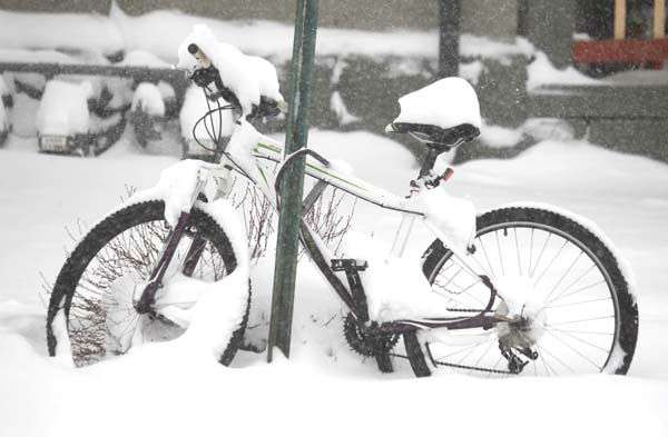 Snow piles up on the seat of a mountain bicycle chained to a sign in Denver as a spring storm packing high winds and heavy snow sweeps over Colorado&#39;s Front Range and on to the eastern plains on Saturday, March 23, 2013. Forecasters predict up to a foot of snow will fall in some locations in Colorado before the storm heads toward the nation&#39;s midsection. &#40;AP Photo&#47;David Zalubowski&#41; <span class=meta>(AP Photo&#47; David Zalubowski)</span>