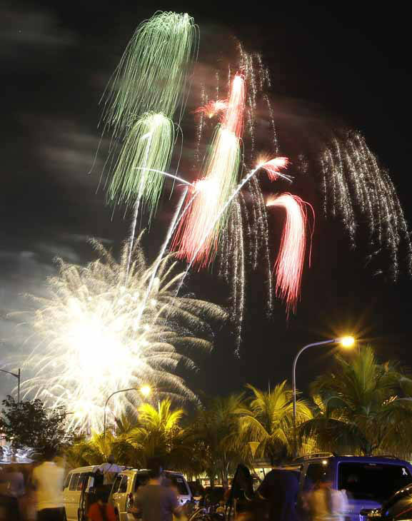 Fireworks light up the sky to welcome the New Year Tuesday January 1, 2013 at the scenic Manila Bay in Manila, Philippines. The Philippine government has been vigorously campaigning against the use of firecrackers which often result in injuries and deaths. &#40;AP Photo&#47;Bullit Marquez&#41; <span class=meta>(AP Photo&#47; Bullit Marquez)</span>