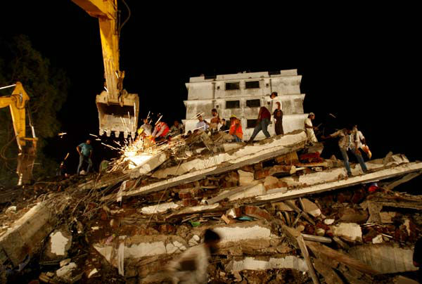 "<div class=""meta ""><span class=""caption-text "">Rescue workers look for trapped people after a residential building collapsed in Thane, Mumbai, India, Thursday, April 4, 2013. At least 6 persons were killed and 40 were injured when an under construction residential building collapsed on Thursday evening according to local reports.(AP Photo/Rafiq Maqbool) (AP Photo/ Rafiq Maqbool)</span></div>"