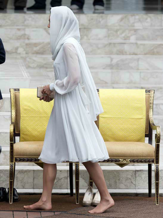 "<div class=""meta ""><span class=""caption-text "">Kate, the Duchess of Cambridge walks barefoot into a mosque in Kuala Lumpur, Malaysia, Friday, Sept. 14, 2012. Prince William and Kate are on a nine-day tour of the Far East and South Pacific in celebration of Queen Elizabeth II's Diamond Jubilee. (AP Photo/Mark Baker) (AP Photo/ Mark Baker)</span></div>"