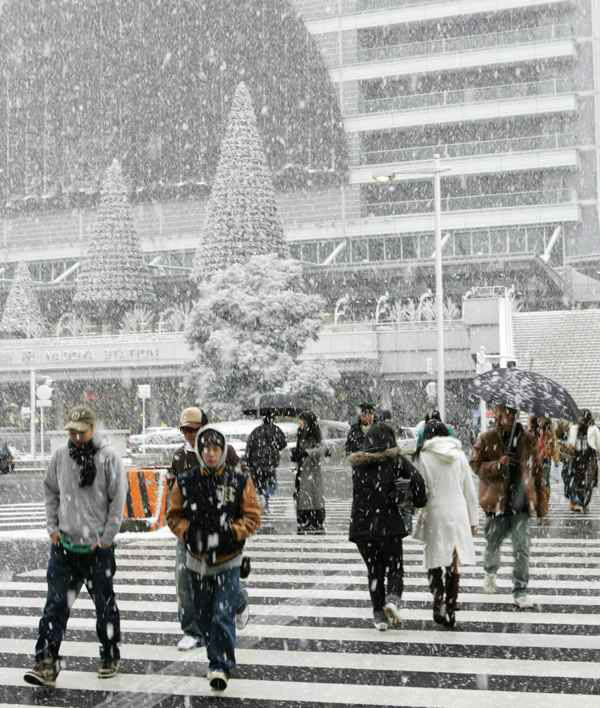 10. Nagoya: Pedestrians across the street during heavy snow showers in Nagoya, central Japan, Sunday, Dec. 18, 2005.  &#40;AP Photo&#47;Kyodo News&#41; <span class=meta>(AP Photo&#47;  KY**TOK**)</span>