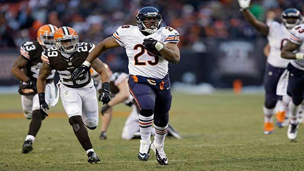 Chicago Bears running back Michael Bush, center, runs away from the Cleveland Browns defense on a 40-yard touchdown run in the fourth quarter of an NFL football game Sunday, Dec. 15, 2013, in Cleveland. (AP Photo/Tony Dejak)
