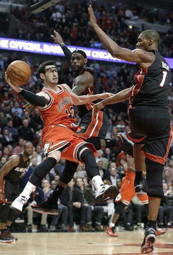 Chicago Bulls guard Kirk Hinrich, left, looks to pass against Miami Heat center Chris Bosh, right, and forward LeBron James during the second half of an NBA basketball game in Chicago on Wednesday, March 27, 2013. The Bulls won 101-97. &#40;AP Photo&#47;Nam Y. Huh&#41; <span class=meta>(AP Photo&#47; Nam Y. Huh)</span>