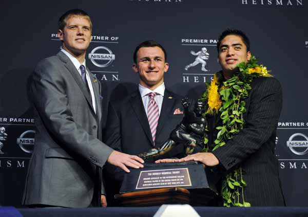 "<div class=""meta ""><span class=""caption-text "">Heisman Trophy finalists, from left, Kansas State quarterback Collin Klein, Texas A&M quarterback Johnny Manziel and Notre Dame linebacker Manti Te'o pose with the Heisman Trophy following a news conference prior to the announcement of the winner, Saturday, Dec. 8, 2012 in New York. (AP Photo/Henny Ray Abrams) (AP Photo/ Henny Ray Abrams)</span></div>"