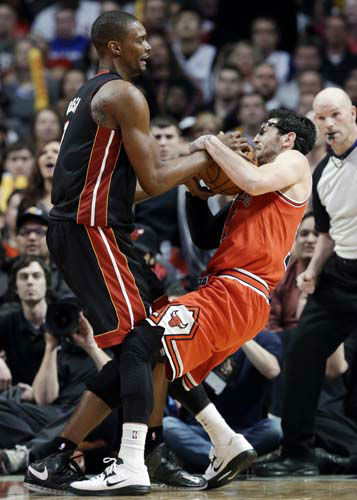 Chicago Bulls guard Kirk Hinrich, right, and Miami Heat center Chris Bosh wrestle for a rebound during the second half of an NBA basketball game in Chicago on Wednesday, March 27, 2013. The Bulls won 101-97, ending the Heat&#39;s 27-game winning streak. &#40;AP Photo&#47;Nam Y. Huh&#41; <span class=meta>(AP Photo&#47; Nam Y. Huh)</span>