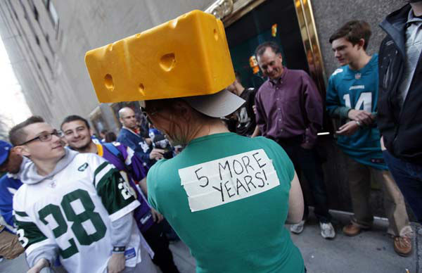 A Green Bay Packers fan waits in line outside Radio City Music Hall before the first round of the NFL football draft on Thursday, April 25, 2013, in New York. &#40;AP Photo&#47;Jason DeCrow&#41; <span class=meta>(AP Photo&#47; JASON DECROW)</span>