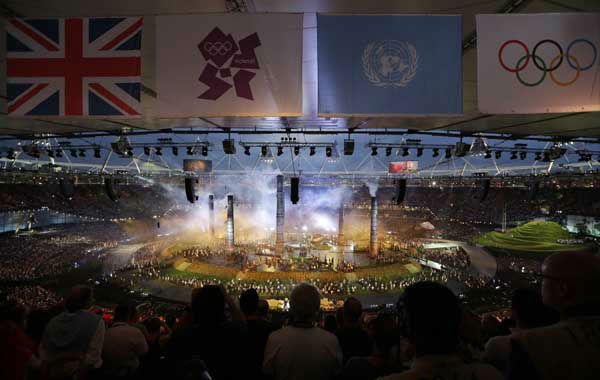 Fans watch the Opening Ceremony at the 2012 Summer Olympics, Friday, July 27, 2012, in London. &#40;AP Photo&#47;Lee Jin-man&#41; <span class=meta>(AP Photo&#47; Lee Jin-man)</span>