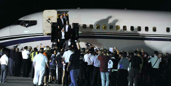 "<div class=""meta ""><span class=""caption-text "">A plane carrying the Stanley Cup winning Chicago Blackhawks is welcomed after arriving at O'Hare International Airport in Chicago, on Tuesday, June 25, 2013. The Blackhawks landed home with the Stanley Cup just before dawn Tuesday morning and were greeted on the tarmac with a water cannon salute, about a dozen fire trucks and even more police cars _ all with their lights flashing. (AP Photo/Paul Beaty) (Photo/PAUL BEATY)</span></div>"