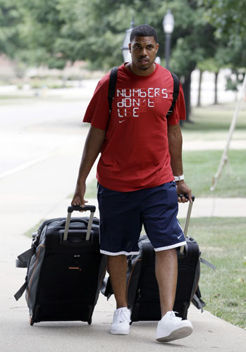 "<div class=""meta ""><span class=""caption-text "">Chicago Bears quarterback Jason Campbell arrives at NFL football training camp at Olivet Nazarene University in Bourbonnais, Ill., Tuesday, July 24, 2012.  (AP Photo/Nam Y. Huh)</span></div>"