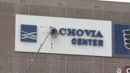 Crews removing Wachovia Center name to make way for the new Wells Fargo name.