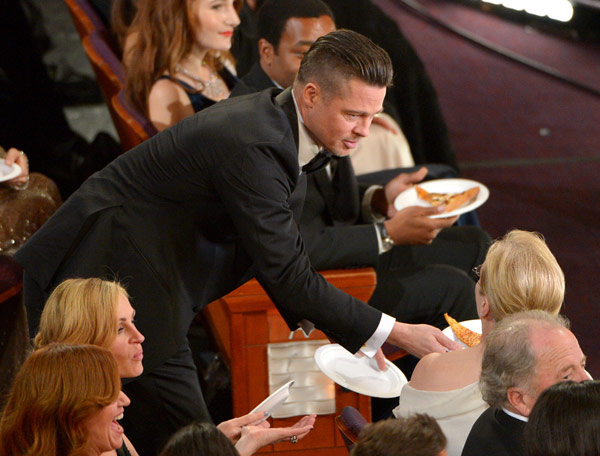 Brad Pitt, left, shares pizza with Meryl Streep in the audience during the Oscars at the Dolby Theatre on Sunday, March 2, 2014, in Los Angeles. (Photo by John Shearer/Invision/AP)