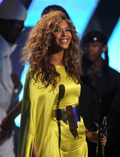 Beyonce accepts the award for best female R&amp; B at the BET Awards on Sunday, July 1, 2012, in Los Angeles <span class=meta>(AP Photo)</span>