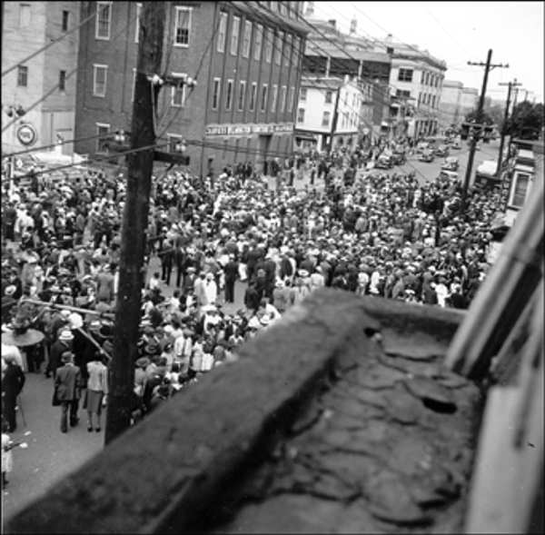 "<div class=""meta image-caption""><div class=""origin-logo origin-image ""><span></span></div><span class=""caption-text"">Big Quarterly - 800 Block of French Street August 27, 1939 View from window looking down on crowds   The Delaware Historical Society wants to know if you can identify anyone in this photo.  If you have any information, email hischumacher@dehistory.org</span></div>"