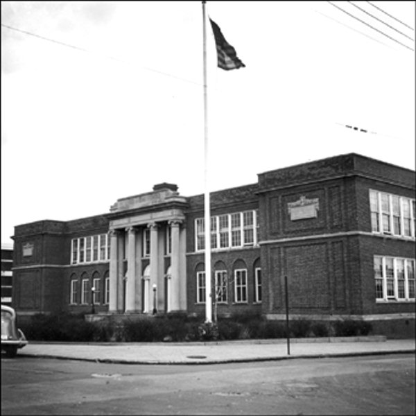 "<div class=""meta ""><span class=""caption-text "">Howard High School 1320 Poplar Street, Wilmington 1940; front exterior view    The Delaware Historical Society wants to know if you can identify anyone in this photo.  If you have any information, email hischumacher@dehistory.org</span></div>"