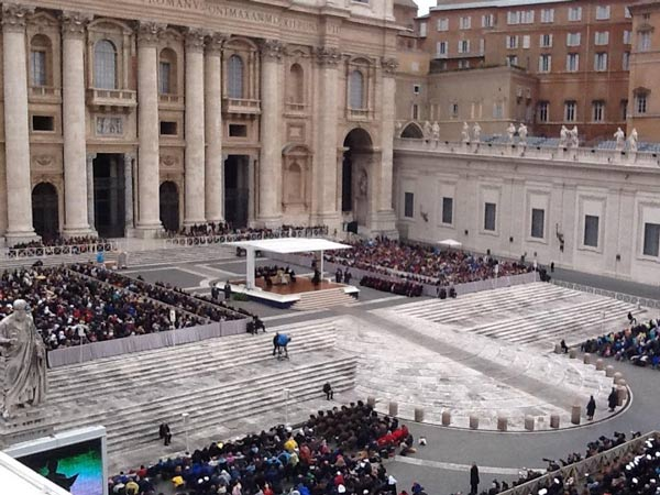 Back atop the colonnade as the Pope addresses the tens of thousands in attendance. #6abcRome <span class=meta>(Action News Executive Producer John Morris &#47; @john_w_morris)</span>