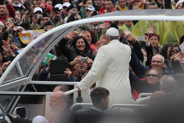 Before the audience begins, the Pope, for lack of a better term, works the crowd. He and they love it.  #6abcRome  <span class=meta>(Action News Executive Producer John Morris &#47; @john_w_morris)</span>