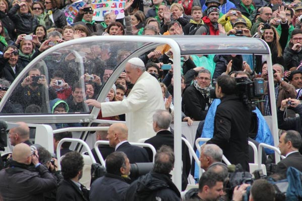 The Popemobile is open and he reaches out to as many people as he can.  #6abcRome  <span class=meta>(Action News Executive Producer John Morris &#47; @john_w_morris)</span>