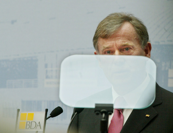 Federal President Horst Koehler talks behind the windshield of a Teleprompter in front of the Federation of Employers (BDA) on Tuesday March 15, 2005 in Berlin. (AP Photo/Chris Gardner)