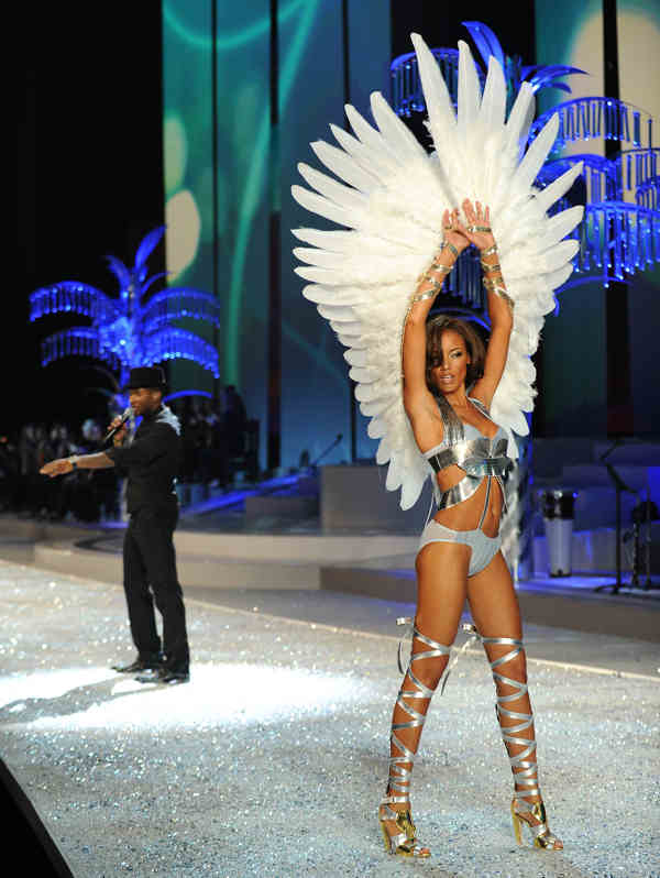 Singer Usher performs while Model Selita Ebanks walks the runway during Victoria&#39;s Secret Fashion Show at the Fontainebleau Miami Beach Hotel on Saturday, Nov. 15, 2008 in Miami Beach. &#40;AP Photo&#47;Evan Agostini&#41; <span class=meta>(AP Photo&#47;Evan Agostini)</span>