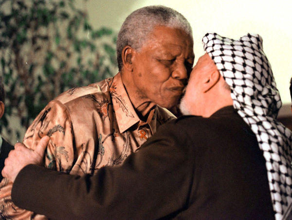 Former South African President Nelson Mandela, left, greets Palestinian leader Yasser Arafat in Johannesburg, South Africa, Thursday, August 3, 2000.  (AP Photo)