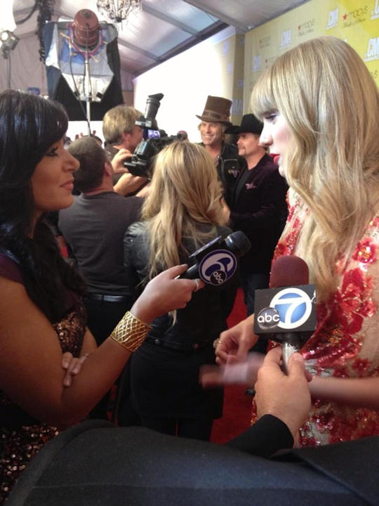 "<div class=""meta ""><span class=""caption-text "">Alicia Vitarelli speaks with Berks County's own Taylor Swift on the red carpet of the Country Music Awards in Nashville on November 1, 2012.</span></div>"