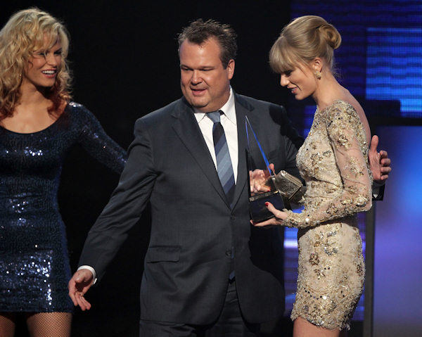 "<div class=""meta ""><span class=""caption-text "">Taylor Swift accepts the award for favorite female country artist from presenter Eric Stonestreet at the 40th Annual American Music Awards on Sunday, Nov. 18, 2012, in Los Angeles. (Photo by Matt Sayles/Invision/AP) </span></div>"