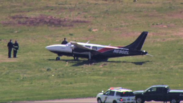 Small plane runs off Philadelphia Int'l runway - 6at4