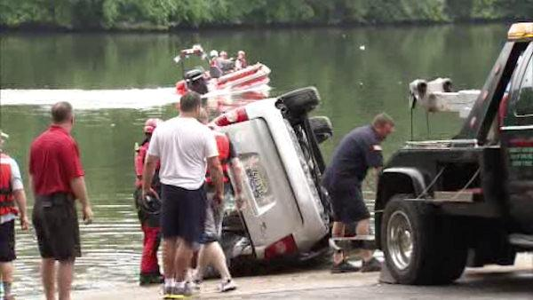 Car plunges into Schuylkill River; 1 recovered