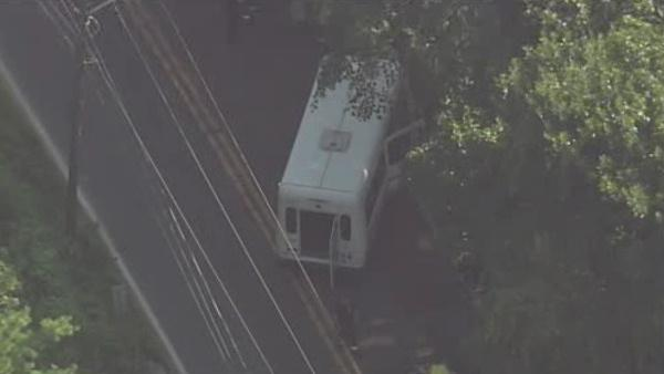 2 hurt in Delaware County transit bus crash