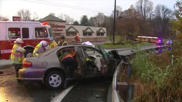 2 injured in crash involving school bus in New Castle Co.