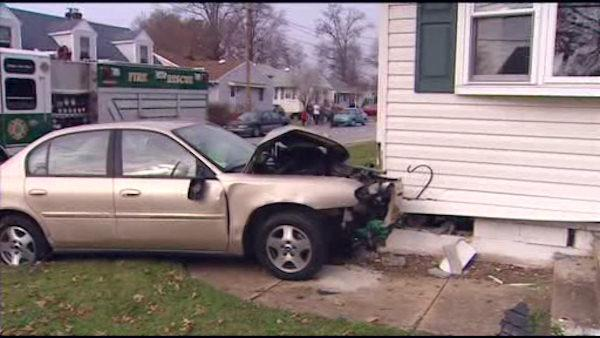 Driver loses control, crashes into Del. house