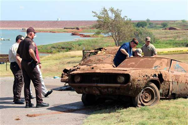 "<div class=""meta ""><span class=""caption-text "">This Sept. 17, 2013, photo shows two cars recovered from Foss Lake, Okla. The Oklahoma State Medical Examiner's Office says authorities have recovered skeletal remains of multiple bodies in the Oklahoma lake where the two decades-old cars were pulled from the water by a dive team. (AP Photo/Daily Elk Citian, Laura Eastes)</span></div>"