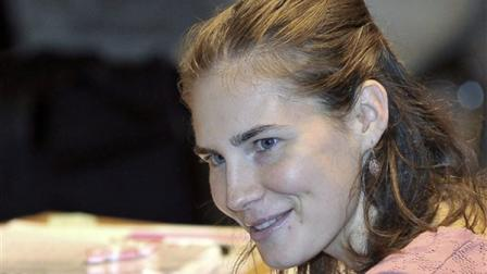 Amanda Knox smiles during her trial