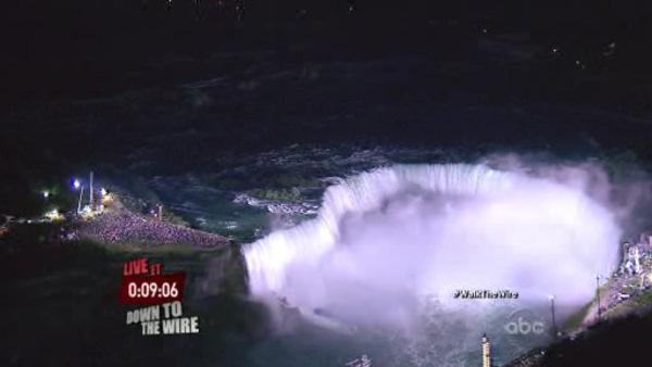 Tethered Wallenda walks wire across Niagara Falls