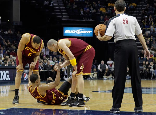 "<div class=""meta ""><span class=""caption-text "">2010-11 Cleveland Cavaliers -  The team reached 26 consecutive defeats, the NBA record. Cleveland Cavaliers players Ryan Hollins (5) and Anthony Parker help teammate Ramon Sessions (3) with a minor injury while playing the Memphis Grizzlies during the second half of an NBA basketball game in Memphis, Tenn., Friday, Feb. 4, 2011. Memphis won 112-105. The Cleveland Cavaliers matched the longest single-season losing streak in NBA history, dropping their 23rd straight. (AP Photo/Lance Murphey)     </span></div>"