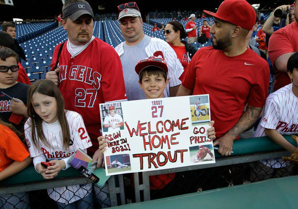 "<div class=""meta image-caption""><div class=""origin-logo origin-image ""><span></span></div><span class=""caption-text"">Justin Shephard from Deptford, N.J., holds up a sign for Los Angeles Angels' Mike Trout before the start of a baseball game with the Philadelphia Phillies.  (Photo/Laurence Kesterson)</span></div>"