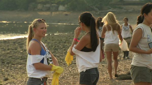Eagles Cheerleaders clean up Bucks County beach