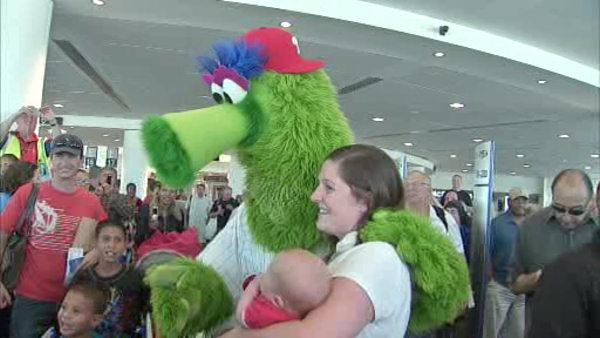 Phillies welcome phans at the airport