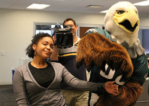 "<div class=""meta ""><span class=""caption-text "">Swoop and the Philadelphia Eagles cheerleaders paid a visit to to the Action News room while at the 6abc studios to record some promos. (WPVI Photo)</span></div>"