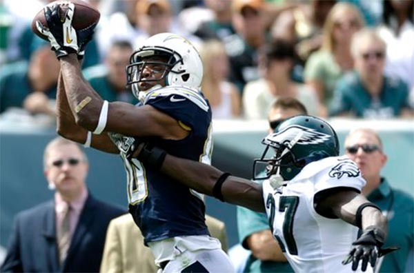San Diego Chargers' Malcom Floyd, left, pulls in a pass as Philadelphia Eagles' Brandon Hughes defends during the first half of an NFL football game, Sunday, Sept. 15, 2013, in Philadelphia. (AP Photo/Matt Rourke)