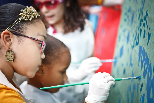 Paint Day at Asociaci&#243;n Puertorrique&#241;os en Marcha, Inc. &#40;APM&#41;. Children participate in painting part of the mural, It has to be from here, forgotten but not shaken? in North Philadelphia.   <span class=meta>(Photo by Steve Weinik)</span>