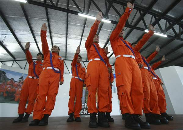 Former inmates perform during a tribute to the late Michael Jackson on his first death anniversary Friday, June 25, 2010 at the Capitol Compound in Cebu city in central Philippines. (AP Photo)