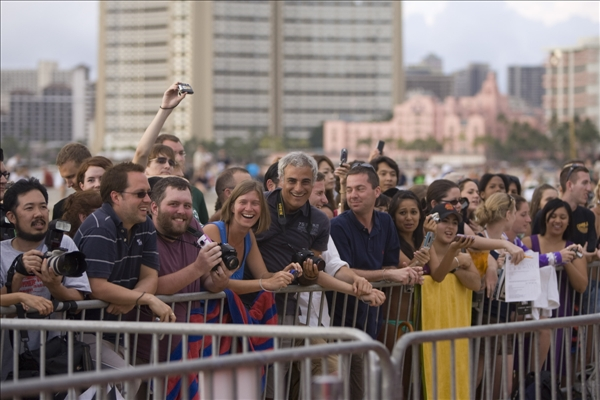 Beach goers line the red carpet awaitng the cast of Lost at the Lost Premiere on Waikiki Beach, Saturday, Jan. 30, 2010 in Honolulu.    <span class=meta>(AP&#47;Marco Garcia)</span>