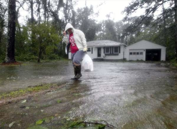Joanna Southaid, removes belongs from her home as flood waters rise in New Bern, N.C., Saturday, Aug. 27, 2011 as Hurricane Irene hits the North Carolina coast.  <span class=meta>(&#40;AP Photo&#47;Chuck Burton&#41;)</span>