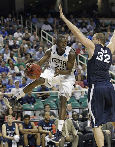 Notre Dame&#39;s Jerian Grant &#40;22&#41; passes the ball around Xavier&#39;s Kenny Frease &#40;32&#41; during the first half of an NCAA tournament second-round college basketball game in Greensboro, N.C., Friday, March 16, 2012.  <span class=meta>(AP Photo&#47; Chuck Burton)</span>