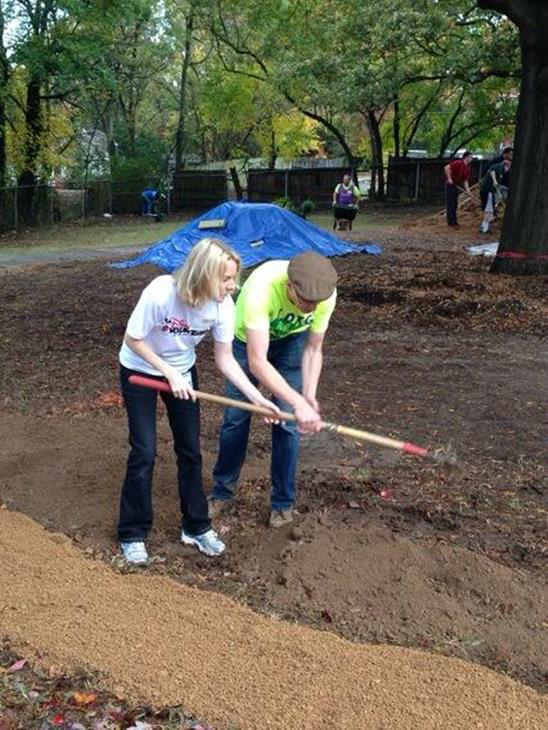 ABC11 staffers joined dozens of community volunteers to build a new playground for children at Durham&#39;s Oakwood Avenue Park <span class=meta>(&middot;?Z? b@?P&#43;?&#225;&#209;fn?&times;&#47;l?&#38;??A&#41;?&#34;?k&laquo;?)</span>