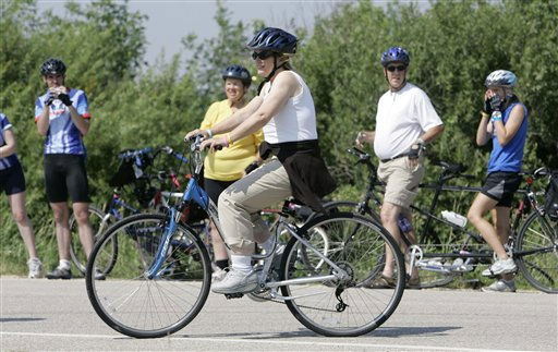 Elizabeth Edwards, wife of Democratic presidential hopeful, former North Carolina Sen. John Edwards, rides her bike during the Des Moines Register&#39;s Annual Great Bike Ride Across Iowa, Wednesday, July 25, 2007, near Dumont, Iowa.   <span class=meta>(AP Photo&#47; Charlie Neibergall)</span>