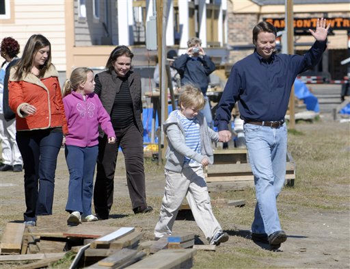 "<div class=""meta ""><span class=""caption-text "">Democrat John Edwards, holding his son Jack's hand, arrives for a news conference in the Ninth Ward of New Orleans, La., to announce his withdrawal from the presidential race Wednesday, Jan. 30, 2008. Joining Edwards are daughters, from left, Cate, and Emma Claire, and his wife Elizabeth.   (AP Photo/ Cheryl Gerber)</span></div>"